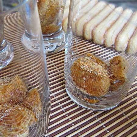 1. Этап. Печенье савоярди обмакните с обеих сторон в кофе и выложите в пиалки или другую посуду. Вы можете использовать покупное печенье или же приготовить самостоятельно Бисквитное печенье Савоярди