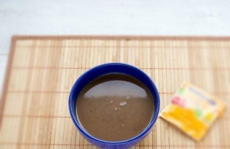 1. Этап. Желатин замочите в 50 мл. холодной воде. В 250 мл. воды растворите какао и сливочное масло, добавьте молоко и сахар по вкусу. В горячую приготовленную смесь добавьте 1 ст. л. желатина и перемешайте до полного растворения.