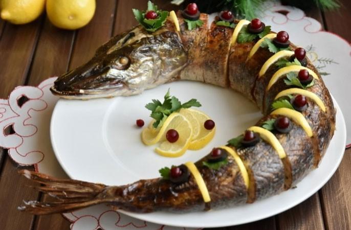 1. Етап. Готову рибу охолодіть, наріжте на порційні шматочки і вставте між ними часточки лимона або ж прикрасьте за вашим бажанням.