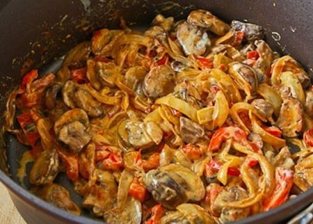 1. Этап. Смешайте вместе овощи, залейте сливками, добавьте сливочное масло. Тушите овощи до готовности, посолите и поперчите по вкусу.