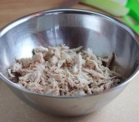 1. Этап. Куриное филе нарежьте кубиками или порвите руками.