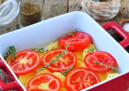 1. Этап. Помидоры нарежьте кружочками и выложите на картофель. Выложите веточки тимьяна и взбрызните хорошо оливковым маслом.