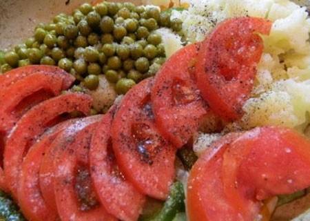 1. Этап. Положите так же нарезанный помидор, посолите и поперчите по вкусу. Тушите до готовности овощей под крышкой на очень медленном огне.