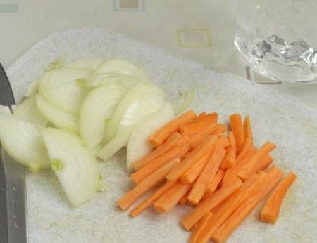 1. Этап. Морковь нарежьте соломкой, а лук полукольцами. Яблоко так же нарежьте соломкой очистив предварительно от кожуры и семян.