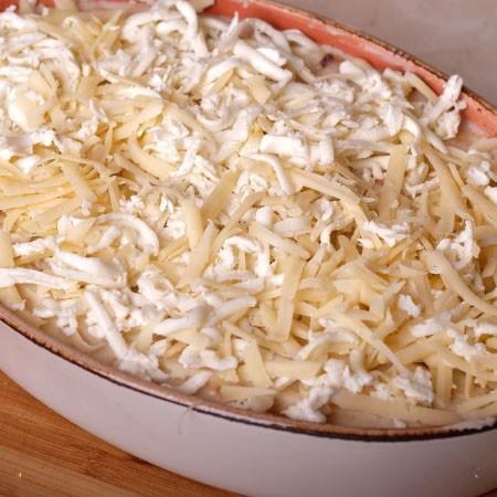 1. Этап. Посыпьте двумя видами сыра. Запекайте при 280 градусах 30 минут.