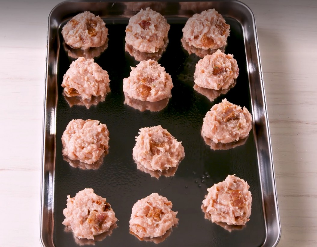 1. Этап. Разогрейте духовку до 190 ° и смажьте противень маслом. В большой миске смешайте фарш, нарезанный бекон, яйцо и приправу, посолите и поперчите по вкусу.