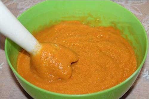 1. Этап. Полученную массу измельчаем блендером. Добавляем томат, майонез, соль, сахар, черный молотый перец. Пробуем и доводим до вкусовой кондиции. На маленьком огне варим <strong>кабачковую икру</strong> еще около часа.