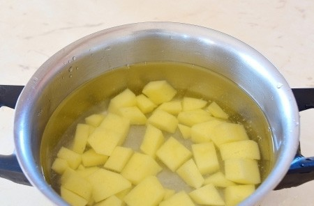 1. Stage. Peel the potatoes, cut into cubes and put on the boil, salt a little.