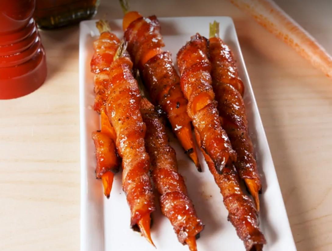 1. Этап. Выпекать 10 минут, вынуть из духовки и смазать оставшимся кленовым сиропом. Выпекайте еще 15 минут, или пока морковь не станет мягкой, а бекон не станет хрустящим.