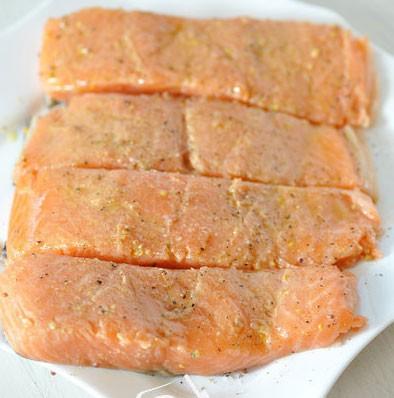 1. Этап. Рыбу нарежьте на кусочки, промойте и просушите. Семгу посолите и поперчите по вкусу. Горчицу смешайте с оливковым маслом и смажьте кусочки сверху. Оставьте на 30 минут.