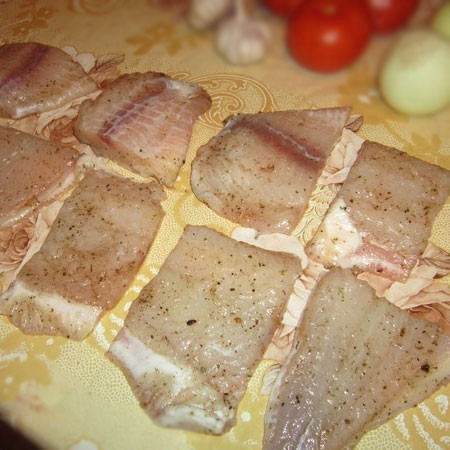 1. Stage. Cut the fish into medium slices, salt and season to taste from all sides.