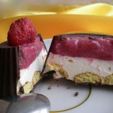 1. Stage. <strong>Chocolate baskets with strawberries and cream are</strong> ready, remove from the pan and you can eat. Keep this dessert in the refrigerator.