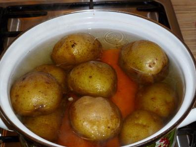 1. Этап. Яйца, картофель и морковь отварить.