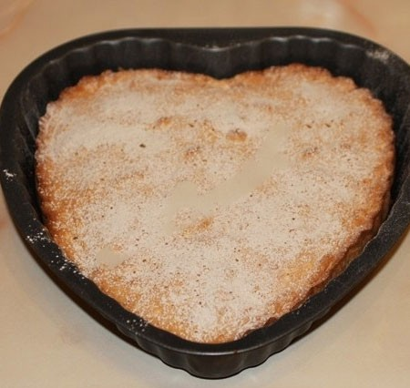 1. Stage. Pour the rest of the dough, bake at 200 degrees 40 minutes. Sprinkle with powdered sugar.