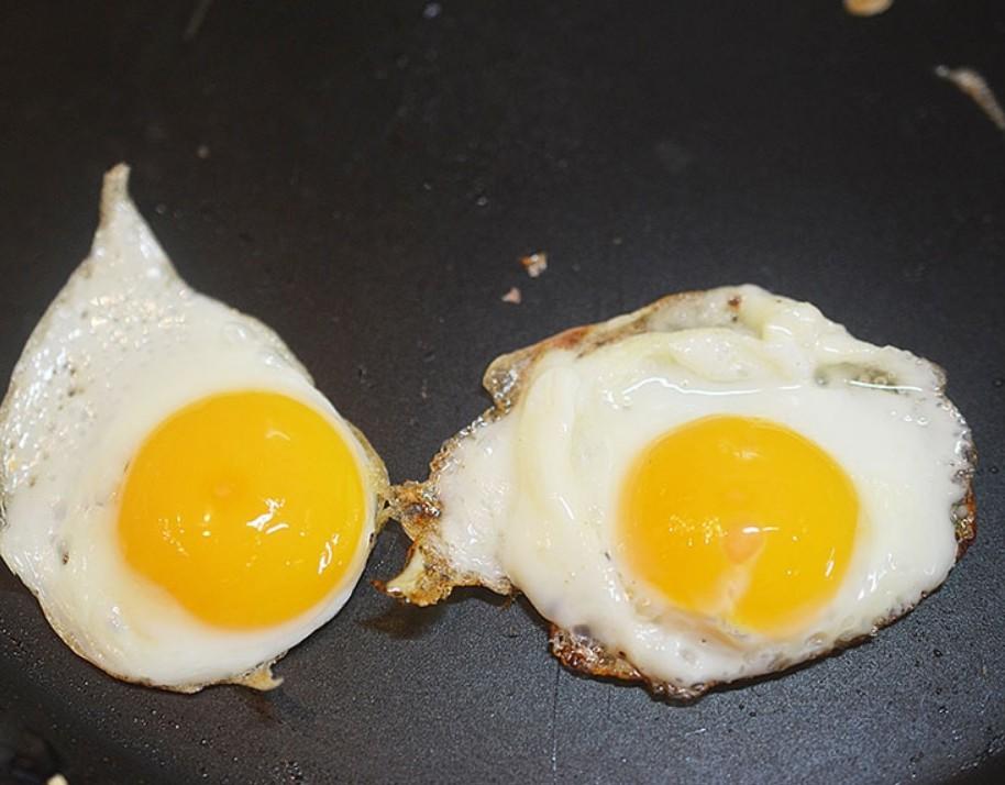 1. Этап. Яйца приготовьте на масле, посолите и поперчите.