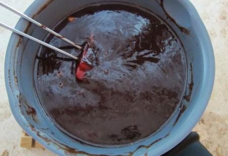 1. Этап. Духовку предварительно разогреть до 190 градусов. 100 г шоколада растопить на водяной бане.