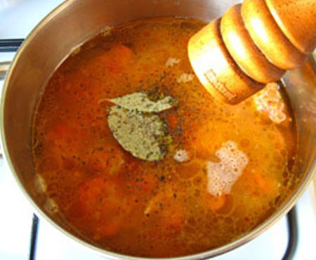 1. Этап. Затем переложите все из сковороды в кастрюлю, добавьте немного воды, лавровый лист, соль и перец по вкусу, тушите под крышкой 15 минут.