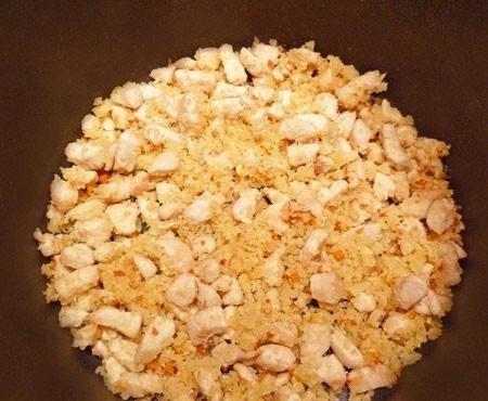1. Этап. Куриное филе нарежьте мелкими кубиками и обжарьте на оливковом масле до румяной корочки прямо в кастрюле с толстым дном, затем добавьте сыр, сухарики с чесноком и готовьте еще несколько минут. Затем добавьте помидоры, все специи, соль, зелень и воду. Варите после закипания 15 минут, после влейте тонкой струйкой взбитые яйца, перемешайте и варите еще 3 минуты.