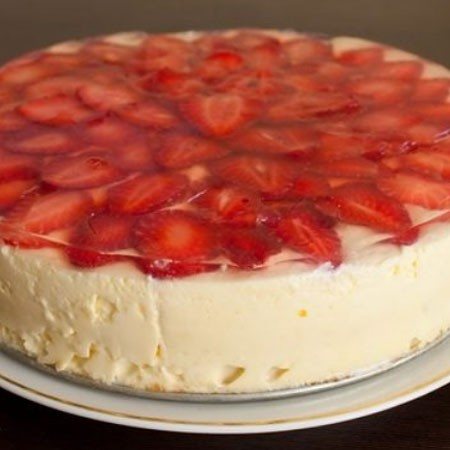 1. Этап. Желе растворите по инструкции только берите половину воды, залейте желе по верх торта и поставьте в холодильник на 4 часа. После нарежьте на кусочки и подавайте.