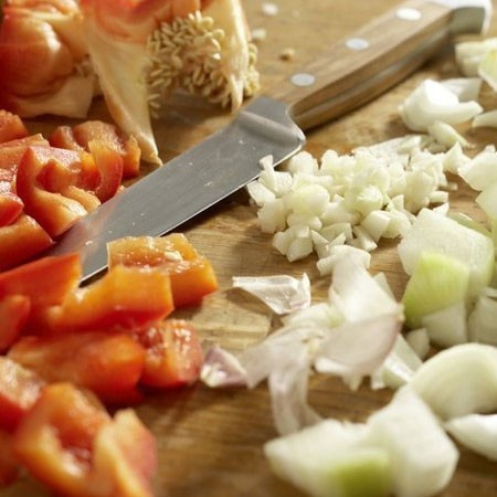 1. Этап. Перец и лук нарежьте кубиками. Для приготовления мы будем использовать только сковороду, так что берите довольно большую и высокую.
