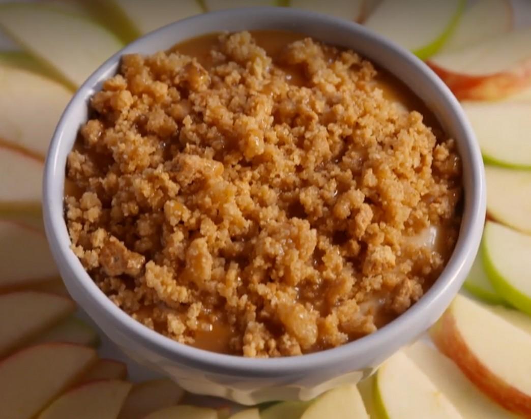 1. Этап. В небольшой миске смешайте крекеры поломанные в крошку, топленое масло, сахар и соль. Посыпьте смесь приготовленными крошками. При желании полить сверху карамельным соусом и подавать с нарезанными яблоками.