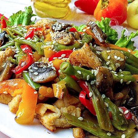 1. Этап. Смешайте все овощи. На блюдо выложите листья салата, выложите салат и посыпьте кунжутом, подавайте пока теплый.