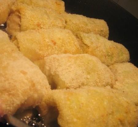 1. Этап. Оставшейся яйцо взбейте с солью, обмакните голубцы в яйце и обваляйте в панировочных сухарях. Обжарьте на растительном масле со всех сторон до румяности.