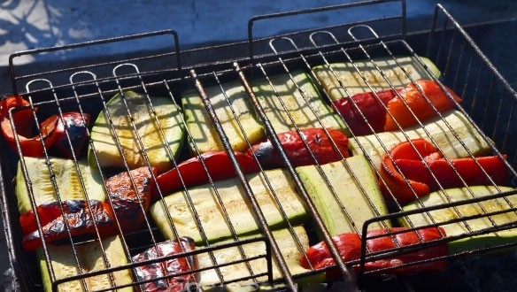 1. Stage. Cut the eggplant into plates, remove the core from the pepper and cut in half. Grill vegetables until cooked. Then cut the vegetables into cubes.