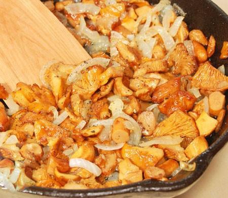 1. Этап. Лук нарежьте полукольцами, грибы хорошо промойте. Обжарьте лук с грибами на растительном масле около 10 минут или готовьте несколько минут после того как испариться вся жидкость из грибов. В конце посолите и поперчите по вкусу.