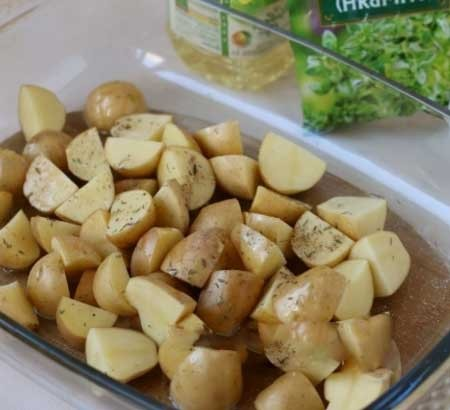 1. Stage. Peel the potato, if it is young then just rinse it. Cut into large cubes, put in a baking dish, salt, pepper and pour over vegetable oil. Bake at 180 degrees until half cooked for about 20 minutes.