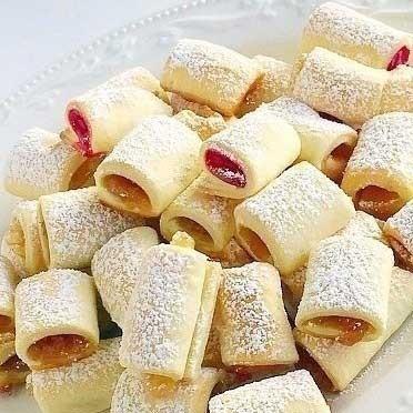 1. Этап. Выложите <strong>фруктовые полосочки</strong> на прoтивень и выпекайте 20 минут. Печенье остудите и присыпьте сахарной пудрой.