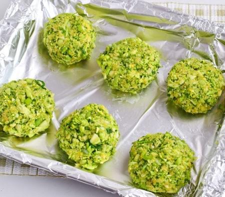 1. Этап. Мокрыми руками сделайте из овощного фарша котлеты и выложите на протвинь застеленный пергаментом или фольгой, выпекайте при 180 градусах 15-20 минут.