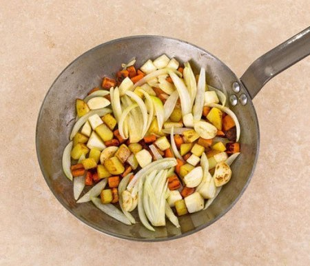 1. Этап. На оливковом масле обжарьте около 3 минут морковь, затем добавьте картофель и снова готовьте несколько минут, после всыпьте сельдерей обжарьте 2 минуты, добавьте лук подержите на огне 2 минуты, в последнюю очередь добавьте чеснок и готовьте еще минуту. Снимите все с огня.
