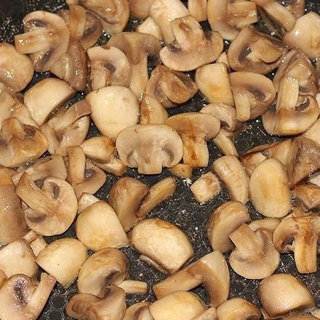 1. Stage. Cut the mushrooms into four parts. Heat the oil well in a pan and fry the mushrooms until golden.