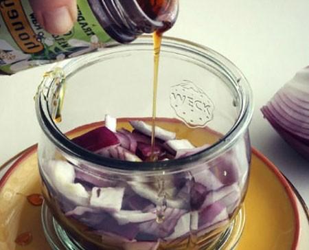 1. Этап. Для заправки смешайте мелко нарезанный лук, мед, сок и цедру лимона, оливковое масло, горчицу, соль и перец по вкусу. Вбейте венчиком до однородности.