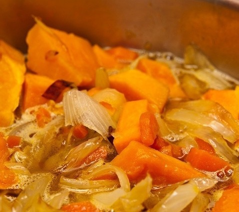 1. Stage. Peel the pumpkin and cut into small cubes. Put the pumpkin in a saucepan and fill it with water, bring to a boil and then add the fried vegetables. Cook after boiling for 10 minutes or until the squash is soft. Mix the soup with a blender until smooth.