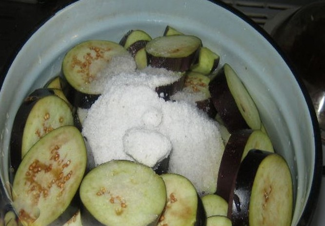 1. Stage. Cut eggplant into circles, salt with salt that is not indicated in the ingredients and leave for 30 minutes. Then rinse with water.