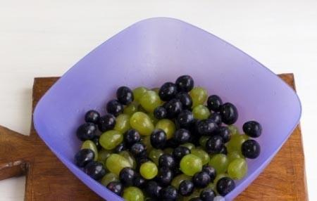 1. Этап. Виноград можете брать любой, лучше даже разного цвета. отделите виноградинки и промойте их.