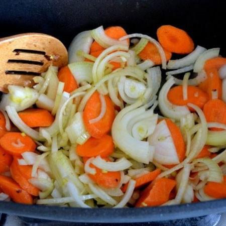 1. Этап. В этом же казане обжарьте немного лук с морковью периодически помешивая.
