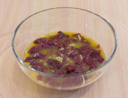 1. Этап. Соки смешайте в глубокой миске, добавьте пропущенный через пресс чеснок и добавьте мясо и оставьте мариноваться на 15 минут.