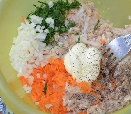 1. Stage. Add the grated carrots and apple, finely chopped onions, greens and mayonnaise to the fish, salt and pepper to taste.