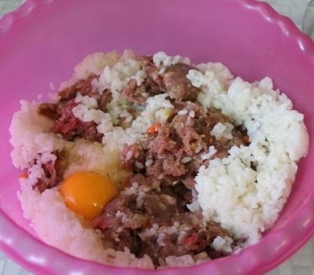 1. Этап. Смешайте фарш, рис, мелко нарезанный лук, соль, яйцо и перец по вкусу. Фарш хорошо вымесите руками.