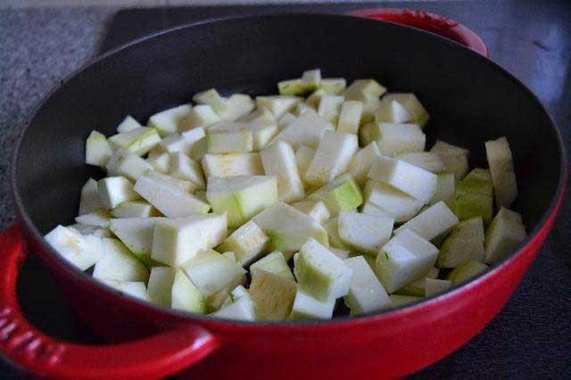 1. Этап. Налить немного растительного масла в толстостенную посуду и выложить эти кубики. Уварить до прозрачности и мягкости.