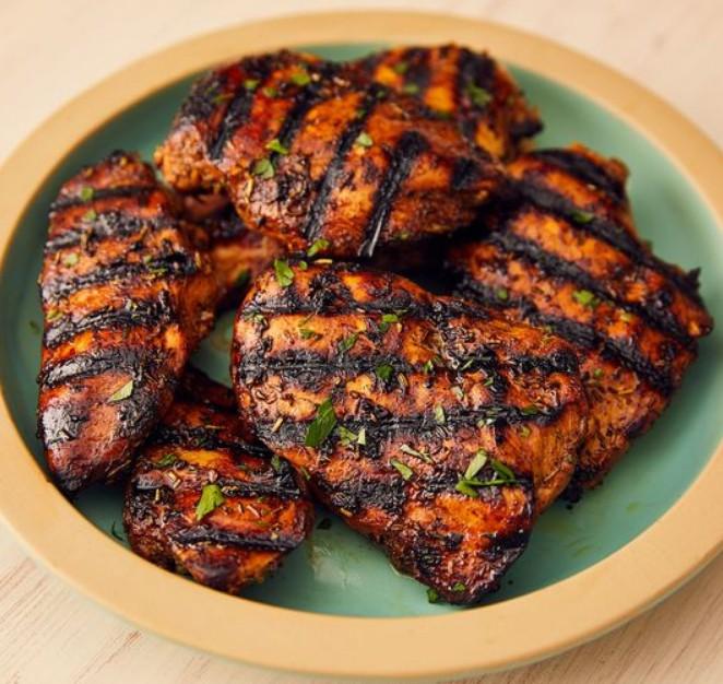 1. Этап. Разогрейте гриль до среднего уровня. Выложите курицу на гриль, готовьте поливая оставленным маринадом, до полной готовности, по 6 минут на каждую сторону.  Перед подачей украсьте петрушкой.
