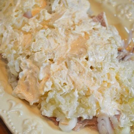 1. Этап. Картофель натрите на мелкой терке и выложите следующим слоем, смажьте так же заправкой.