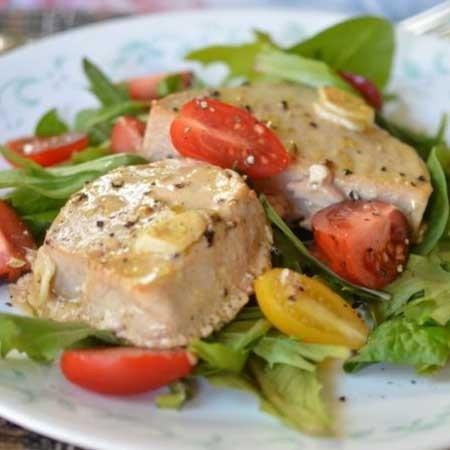 1. Этап. Готовые стейки выложите на листья салата, украсьте нарезанными помидорами черри.