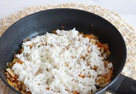 1. Этап. Рис добавьте в сковороду, перемешайте и приправьте по вкусу.