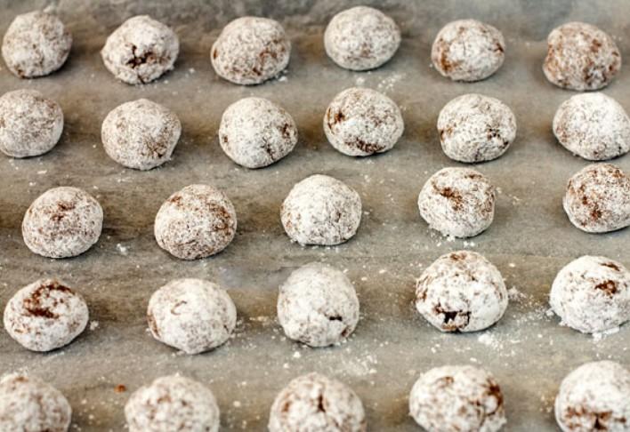 1. Этап. Выложите печенье на расстоянии друг от друга на застеленный пергаментом протвинь. Выпекайте в разогретой духовке до 180 градусов 20-40 минут в зависимости от духовки.