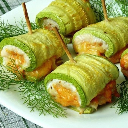 1. Stage. Roll zucchini rolls and chop with toothpicks. Bake in the oven at 180 degrees 25-30 minutes.