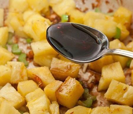1. Этап. В сковороду после рыбы выложите ананас, сельдерей, чеснок, влейте соевый соус, сок ананаса и 150 мл рыбного бульона который мы сварили с рыбной шкурки. Готовьте около 5-8 минут.